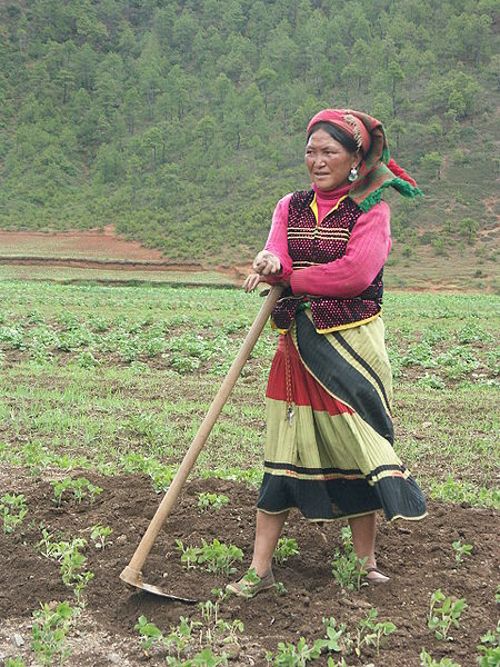 450px-Mosuo_woman_near_Lugu_Lake