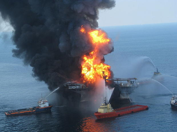 800px-Deepwater_Horizon_offshore_drilling_unit_on_fire_2010
